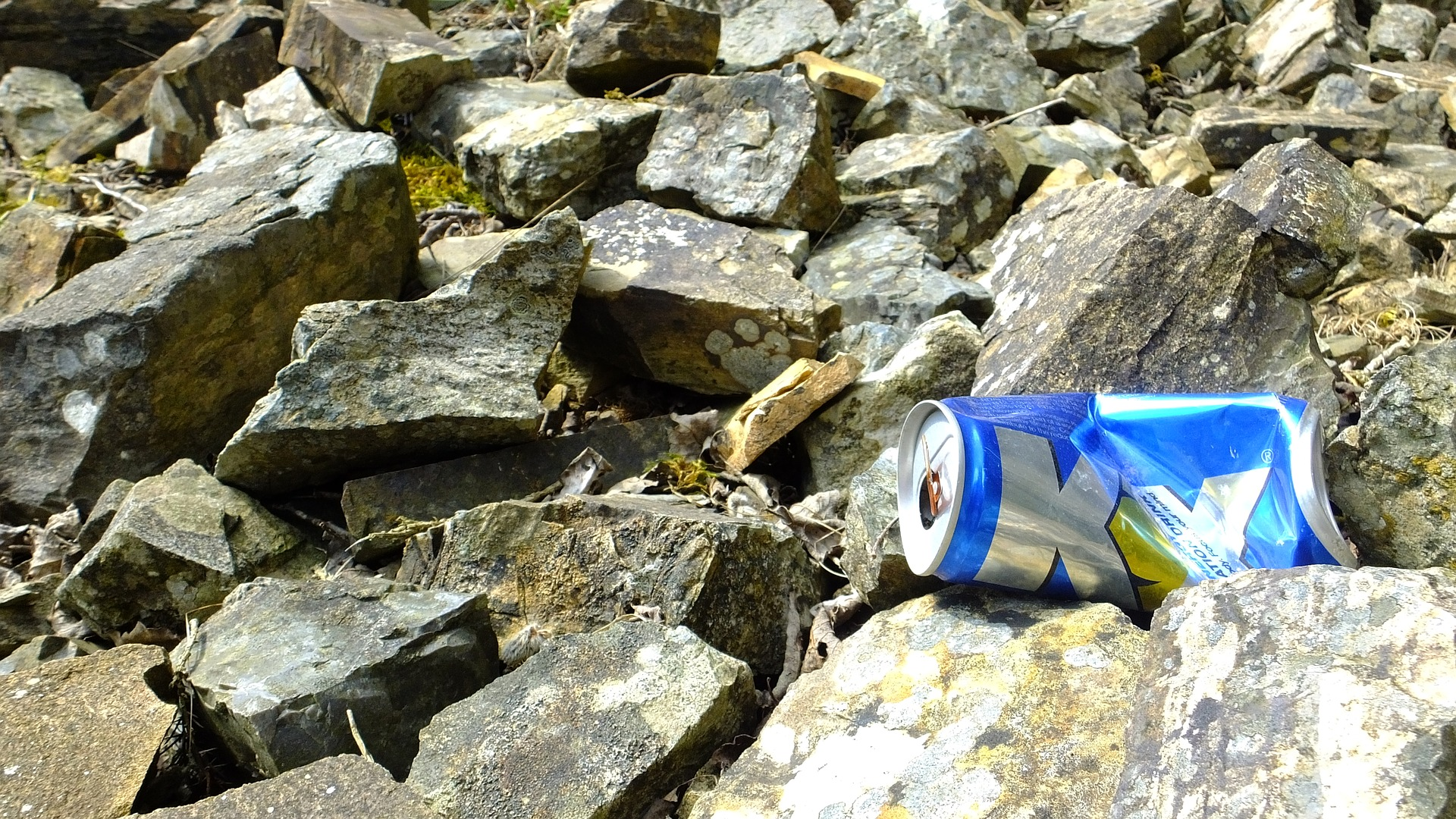 Aluminium can littered on rocks